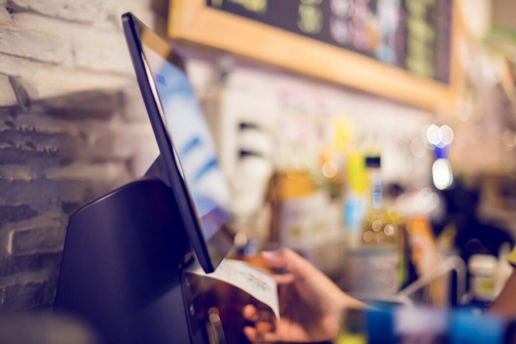 飲食店のレジのおすすめは?店舗の特徴に応じたPOSレジの種類・機能比較